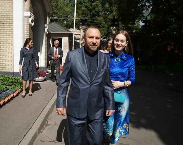 Скульптор Александр Рябичев с дочерью Даниэлой Посольство Республики Индия в России 14 августа 2015 г. Накануне праздника День Независимости