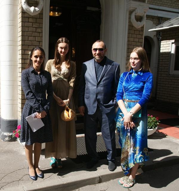 Рябичевы Александр, Даниэла, София с секретарем Посольства Зейнаб