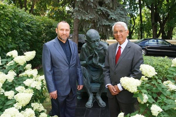 Чрезвычайный и Полномочный посол Республики Индия в России господин Пунди Шринивасан Рагхаван скульптор Александр Рябичев