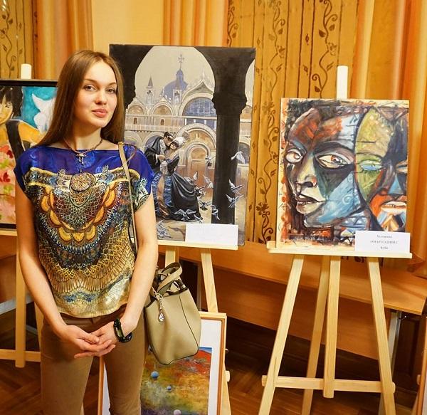 """Даниэла Рябичева на выставке """"С любовью к миру"""" в Дипломатической Академии на фоне своей работы"""